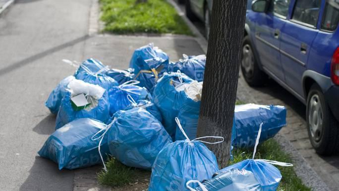 Der Kanton möchte die Bebbi-Säcke von der Strasse verbannen - Senioren wollen sie aber weiter auf der Strasse deponieren können.