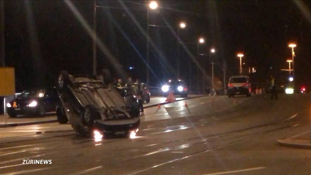Auto landet nach Unfall auf der Quai-Brücke auf dem Dach