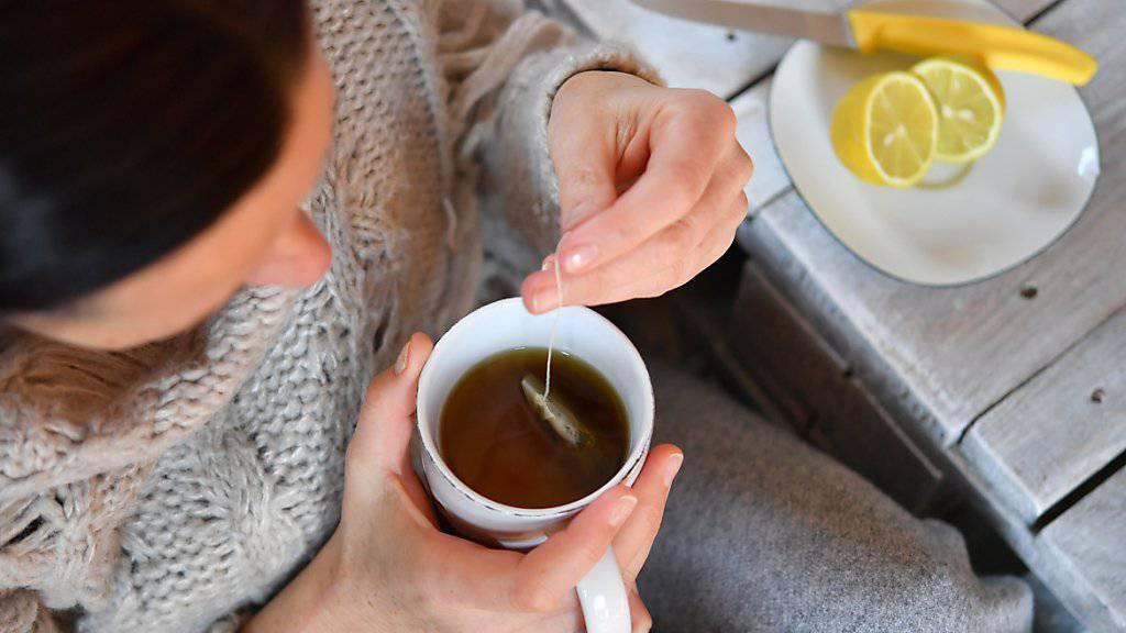 Heisser Tee mit Zitrone: In der Schweiz steigt die Zahl der Grippe-Fälle und der grippeähnlichen Erkrankungen. (Themenbild)