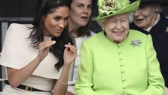 Königin Elizabeth II. (r) und Meghan, Herzogin von Sussex (l), hatten am Donnerstag viel Spass bei der Eröffnung der Mersey Gateway Bridge.