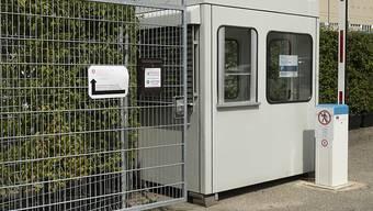 Das Bundesasylzentrum Feldreben in Muttenz soll wie auch das Zentrum in Kappelen BE geschlossen werden, um Geld zu sparen. (Archivbild)
