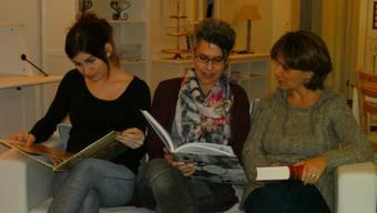 Schmökern gerne in neuen Büchern: Katja Jeggli, Inhaberin Corinne Frischknecht und Alessandra Barzotto.