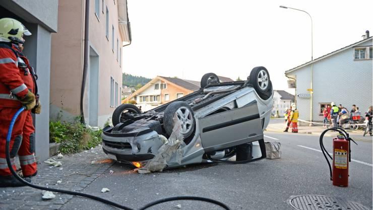 Das Unfallauto ist stark beschädigt.