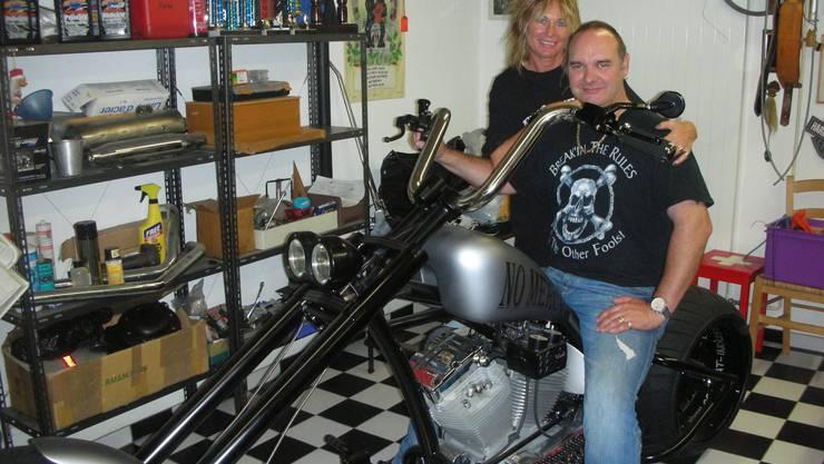 Arlette und Roger von Büren sind stolz auf die selbst gebaut «No Mercy» in ihrer Werkstatt.