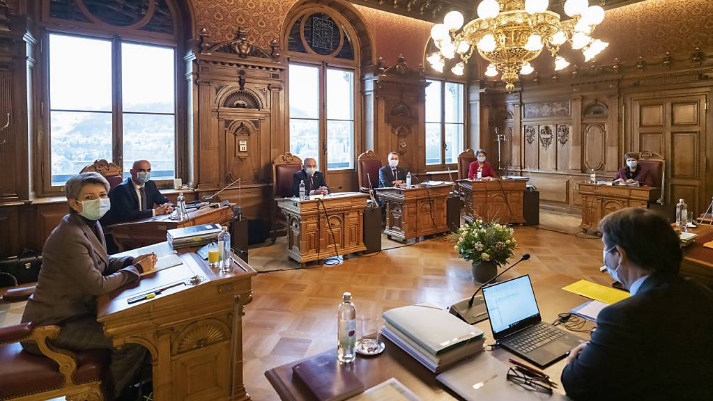 Blick in das Sitzungszimmer des Bundesrats. Seit rund einem Jahr häufen sich Indiskretionen: Was geheim bleiben sollte, gelangte an die Öffentlichkeit. (Archivbild)