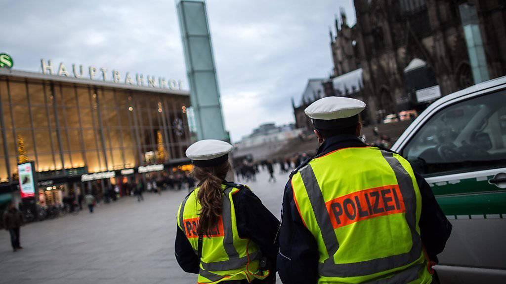"""Die Kölner Polizei spricht bei den Angriffen vom Sonntagabend von """"fremdenfeindlichen Straftaten"""". Sie will ihre Präsenz verstärkten - hier stehen Polizisten vor dem Hauptbahnhof."""