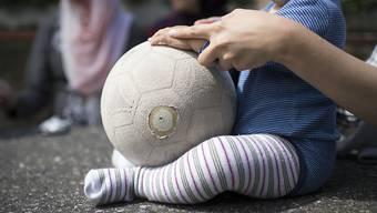 Schon mit nur 12 Monaten erkennen Babys, wenn ein Objekt das Interesse eines Erwachsenen erregt. (Symbolbild)