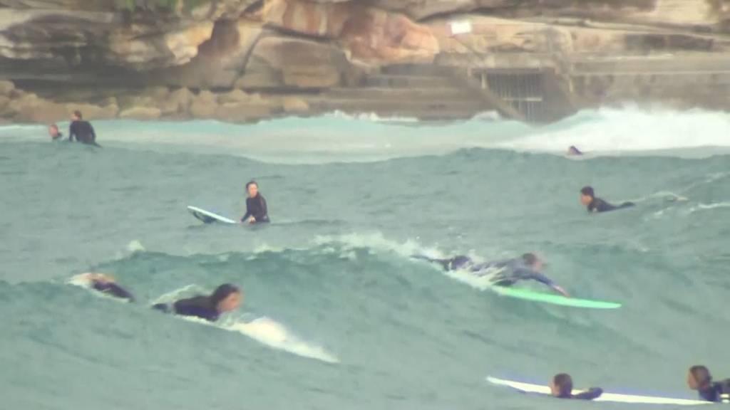 Wiedereröffnung in Coronakrise: Hunderte Surfer am Bondi Beach