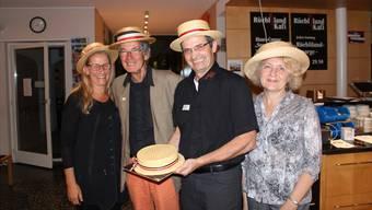 Ruth Portmann (links ) und Isabelle Fournier vom Strohmuseum freuen sich mit Bruno Widmer und Pitt Waltenspül über die süssen Strohhüte.