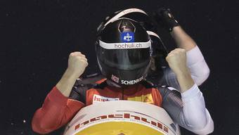 Rico Peter ist erstmals mit dem grossen Schlitten im Weltcup erfolgreich.