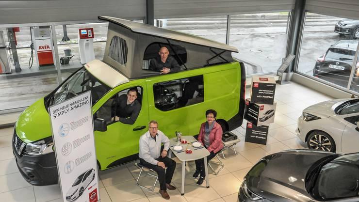 Der neue Chef Adrian Koller am Steuer eines zum Camper umgebauten Nissan NV300, oben Ruedi Amstutz, am Tisch Röbi und Irene Koller.