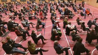 An der Wintergmeind am 19. November in der neuen Doppel-Turnhalle in Hausen waren die Stimmberechtigten in drei Sektoren eingeteilt.