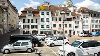 Die Parkplätze auf dem Klosterplatz sind meistens gut belegt.