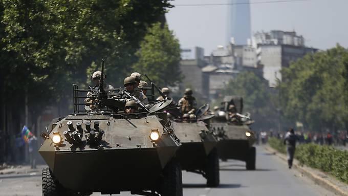 In der Hauptstadt Chiles kontrollierte am Sonntag zum ersten Mal seit dem Ende des Pinochet-Regimes wieder das Militär die öffentliche Ordnung.