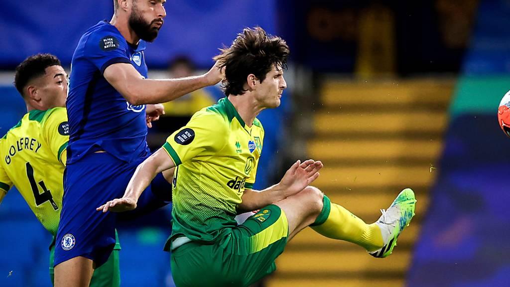Chelseas Siegtorschütze Olivier Giroud im Zweikampf mit Norwichs Schweizer Verteidiger Timm Klose