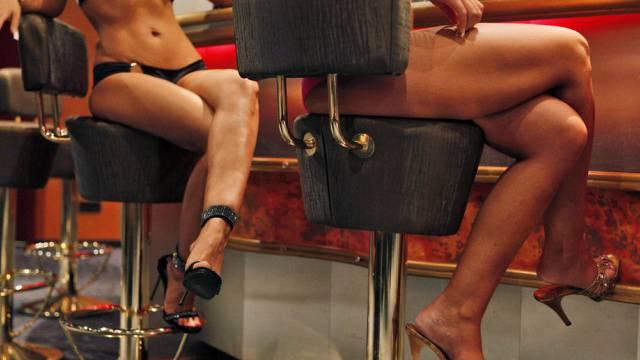 Zwei Mitarbeiterinnen eines Sexclubs. Im Trimbacher Lokal wurden 17 Personen kontrolliert. (Symbolbild)