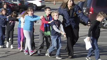 Die Polizei führt Kinder aus der Schule von Sandy Hook