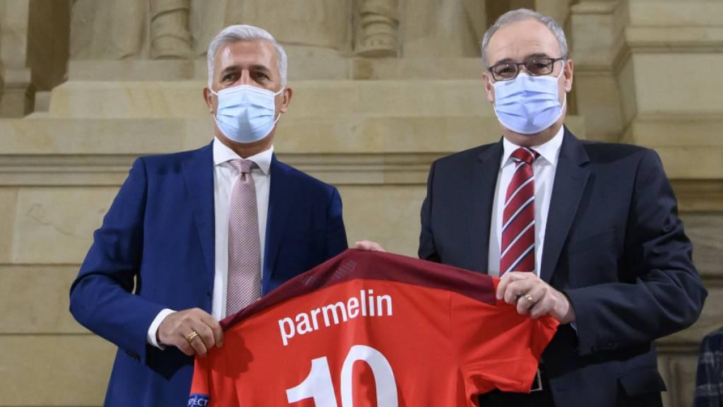 Nationaltrainer Vladimir Petkovic überreicht Bundespräsident Guy Parmelin ein Trikot der Schweizer Nationalmannschaft