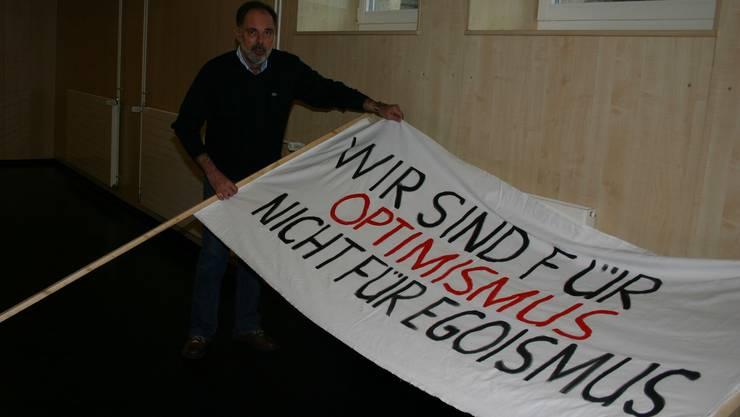 Hanspeter Scheiwiler freut sich über die Plakate und Transparente für die Demo «Ja zum Campuskauf». lp
