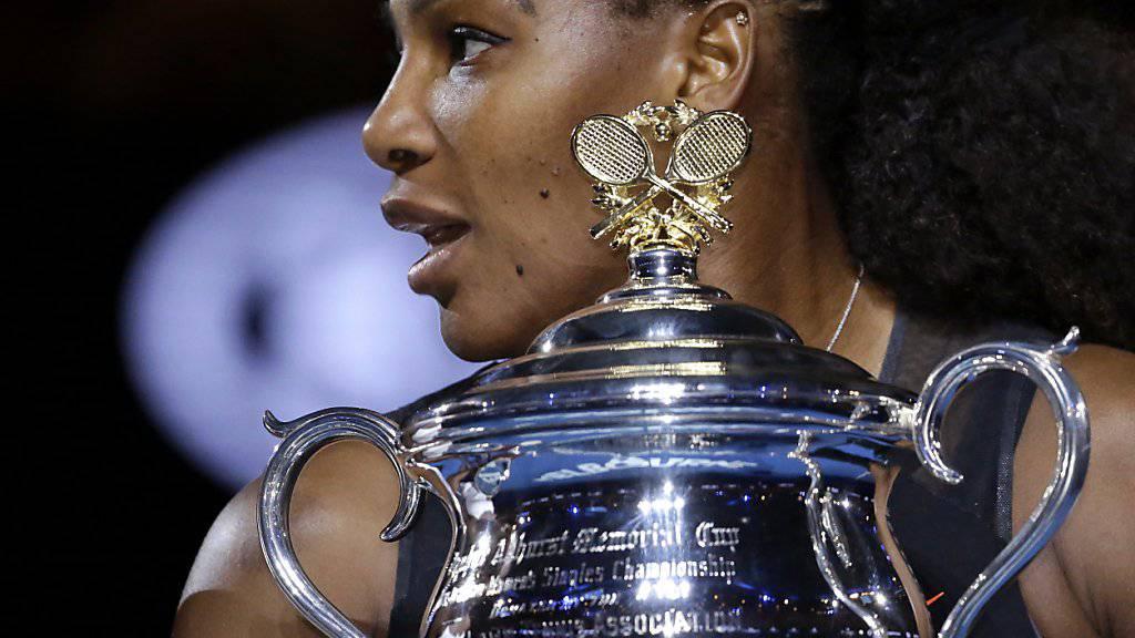 Serena Williams im Januar 2017 mit dem Siegerpokal in Melbourne