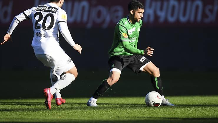 Victor Ruiz (rechts) kontrolliert den Ball.