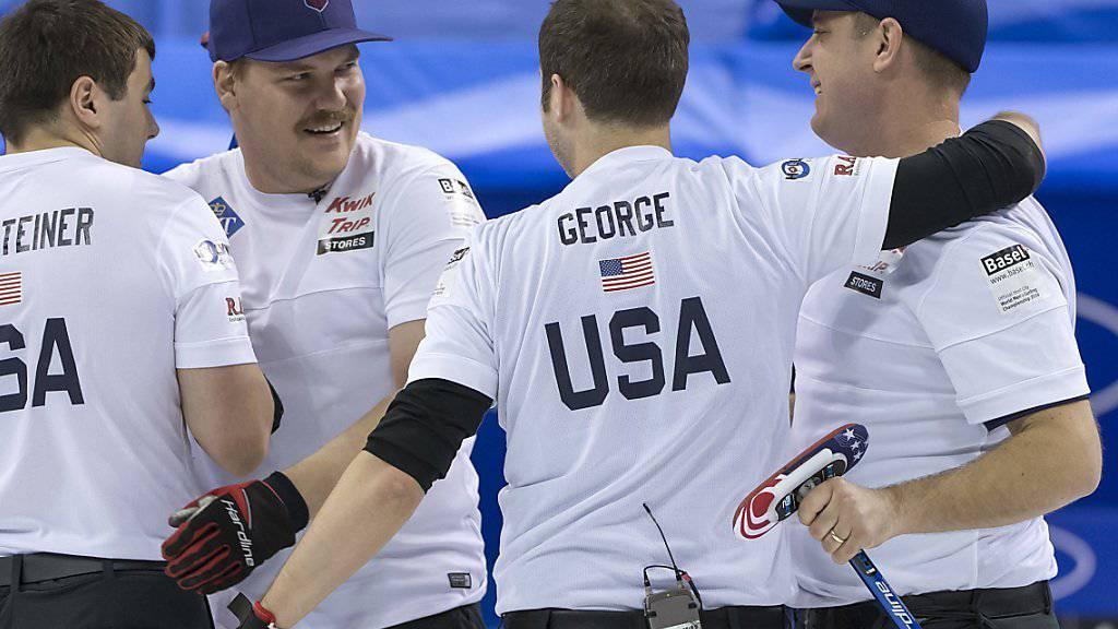Skip John Shuster (rechts) freut sich mit seinem US-Team