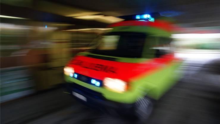 Ambulanz mit Blaulicht (Symbolbild)