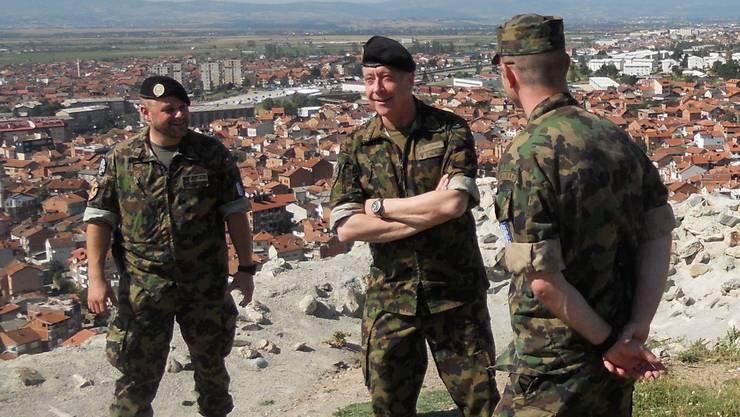 Über den Dächern von Prizren: Armeechef André Blattmann (Mitte).