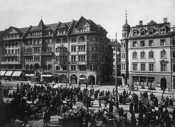Hat seit Jahren seinen unverrückbaren Platz im Stadtbild: das Schiesserhaus am Marktplatz, um 1920.Bild: Denkmalpflege Basel-Stadt, Fotograf unbekannt