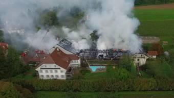 Ein Grossbrand hat eine Scheune in Zofingen zerstört, die Flammen griffen zudem auf ein Wohnhaus über. Der Sachschaden liegt bei mehreren 100'000 Franken. Verletzt wurde niemand. Dieses Drohnenvideo lässt das Ausmass der Zerstörung erahnen.