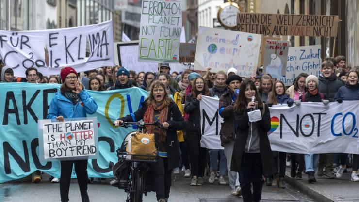 Seit Wochen demonstrieren vor allem junge, aber auch ältere Menschen wiederholt in zahlreichen Schweizer Städten für ein besseren Klimaschutz. In Sitten wurde die geplante Kundgebung vom Samstag nicht bewilligt. (Archivbild)
