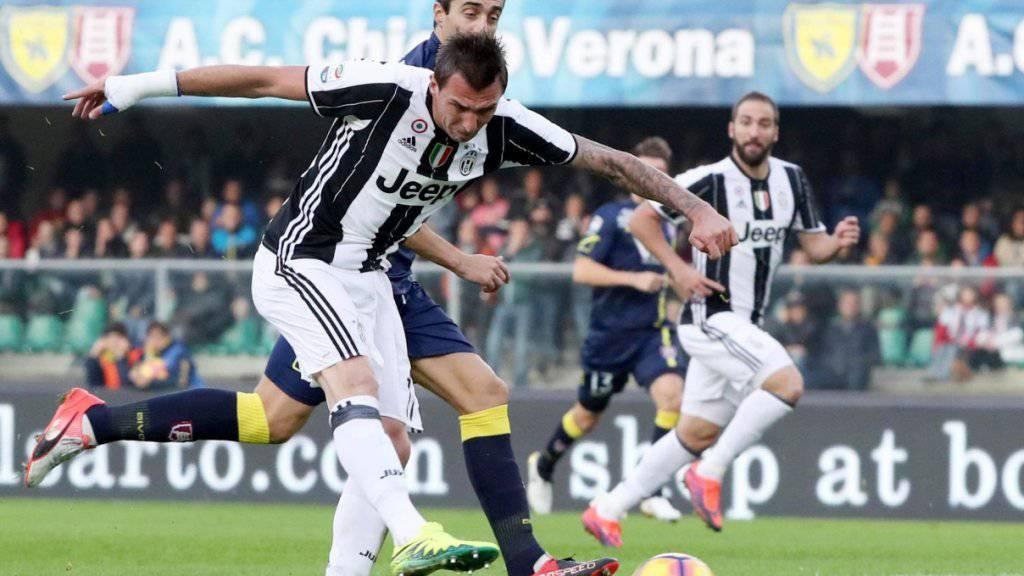 Mario Mandzukic erzielt das Juve-Führungstor bei Chievo Verona