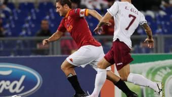 AS Romas Francesco Totti setzt sich gegen Emil Dica durch