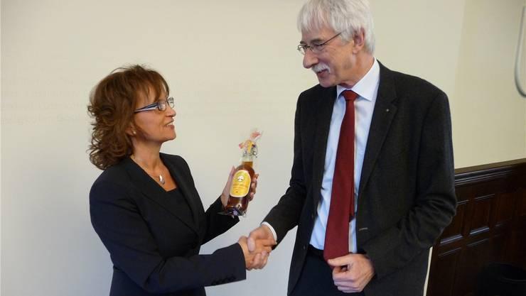 Präsidentin Bernadette Rickenbacher mit dem neuen Synodalrat Klaus Fischer.