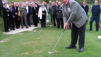 Ein goldener Golfball zum Eröffnungsabschlag durch Platzbesitzer Heiner Herzog.