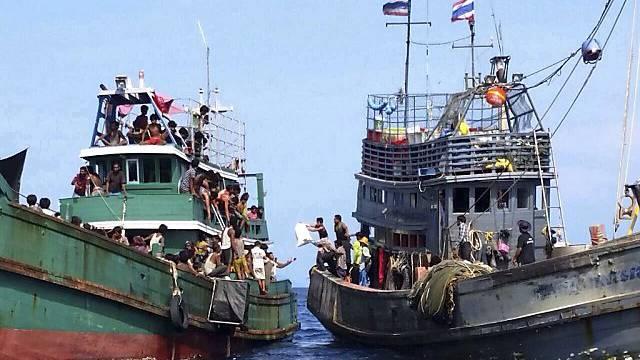 Bootsflüchtlinge erhalten Wasser und Essen