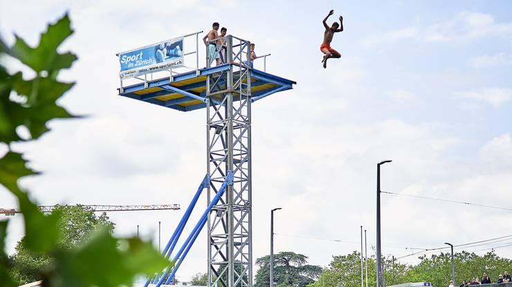 Der 10 Meter hohe Turm darf von allen Interessierten ausprobiert werden.