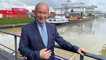Der Hafendirektor und ein Teil seines Reichs: Hans-Peter Hadorn wird sich Ende Jahr beruflich vom Hafenbecken 1 in Kleinhüningen trennen.