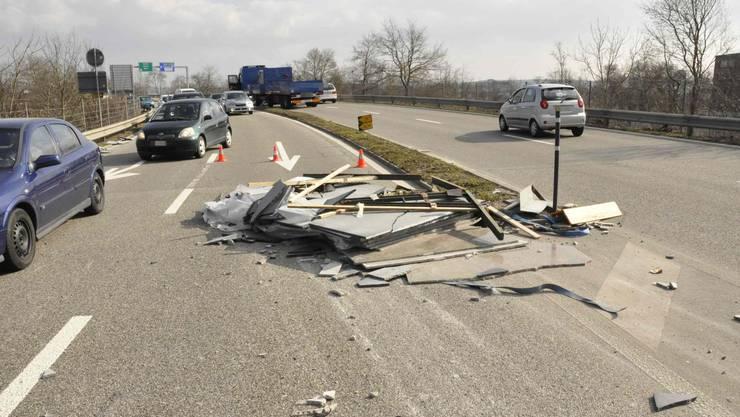 Die verlorenen zwei Tonnen schweren Marmorplatten liegen auf dem Strasse.