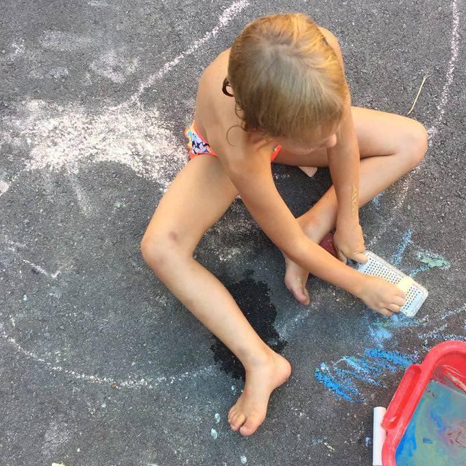 Céline lernt wie Hochfangis funktioniert und wieso Strassenkreide geraspelt wird