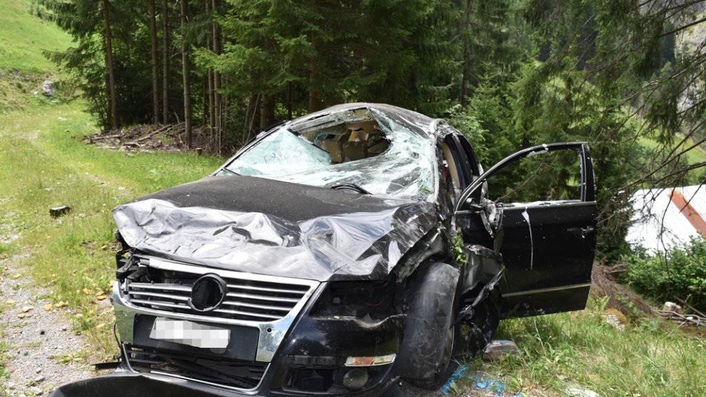 Arg zerbeult: das Auto nach dem Überschlag am Albulapass.