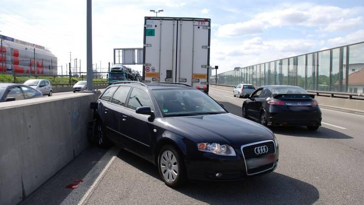 Glück im Unglück auf der Autobahn: Sattelschlepper schob Auto vor sich her.
