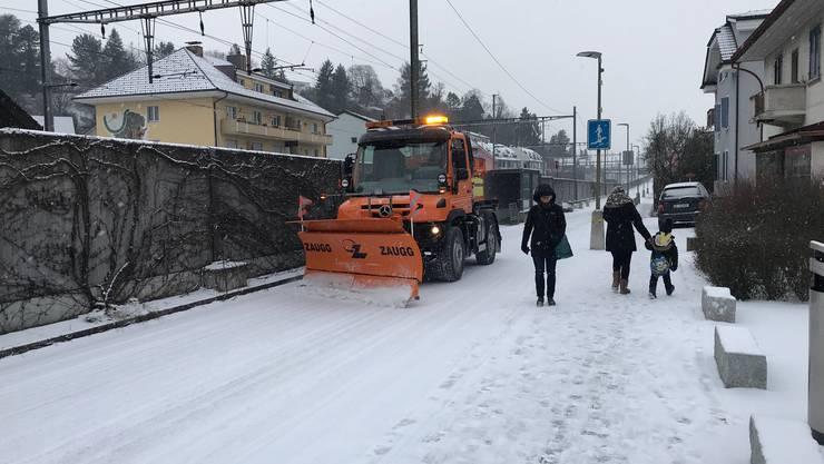 Auch in Frenkendorf ist eine ziemliche Ladung Schnee gefallen. Schneepflüge räumen die Strassen.