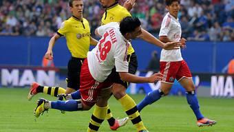 HSV-Profi Arslan (l.) prallt an Dortmunds Mats Hummels ab.