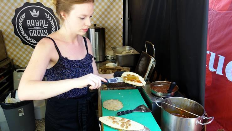 Sharelle bestreicht eine der soeben gebackenen Stroopwafels mit Karamelsirup.