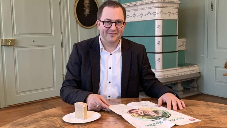 Im grünen Salon des Museums Burghalde zeigt Marc Philipp Seidel, womit er sich aktuell beschäftigt.