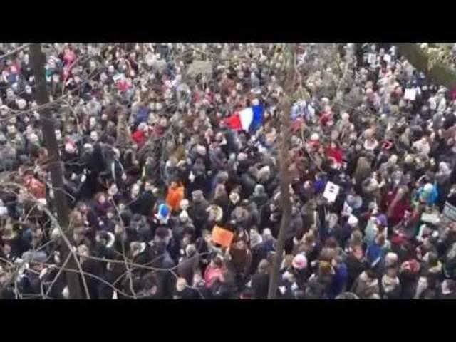 «Imagine all the people living life in peace»: Singende Menschenmasse am Gedenkmarsch in Paris
