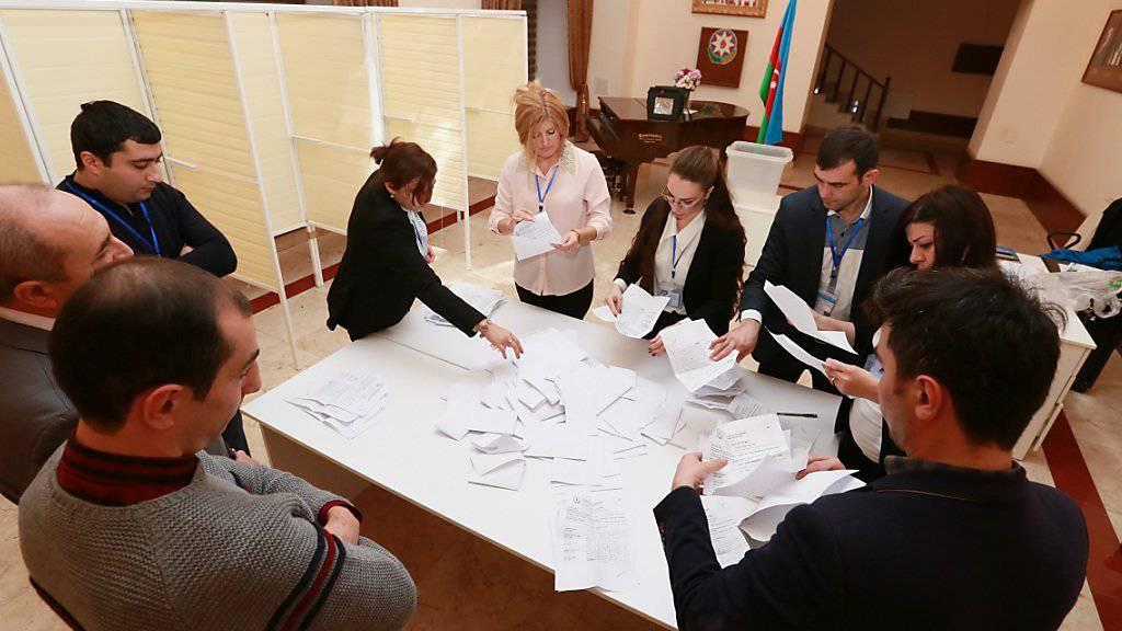 Stimmen auszählen in Baku: Aserbaidschan bleibt in der Hand der Regierungspartei.