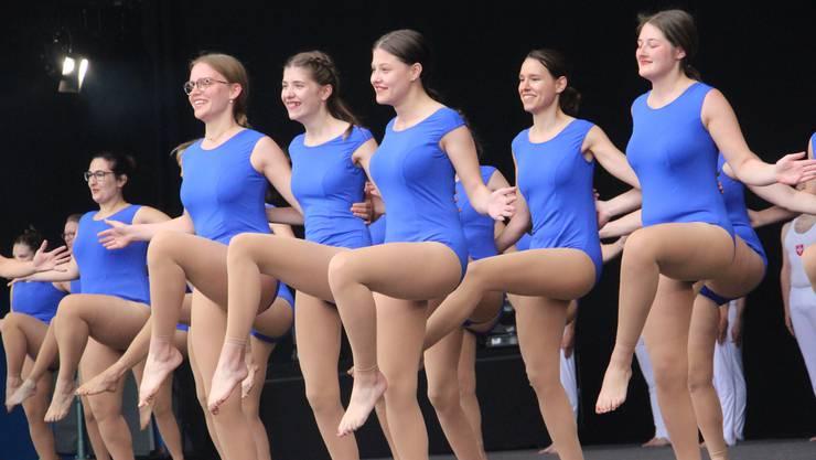 Damen des TSV Rohrdorf demonstrieren klassisches Turnen.