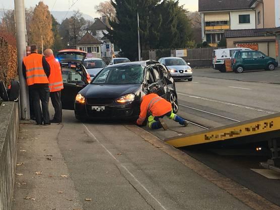 Der schwarze Personenwagen wird abgeschleppt.